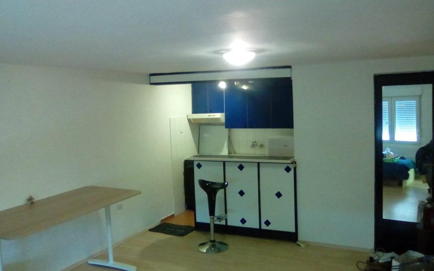 KRUGE – novouređena garsonijera, prizemlje, 26,5 m2