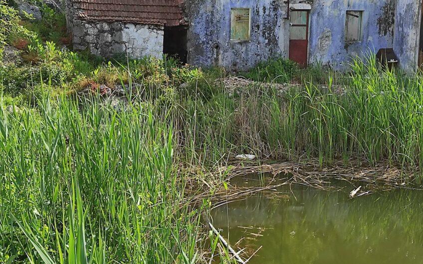 SLIVNO – ruševna kamena kuća sa velikom okućnicom, 45m2