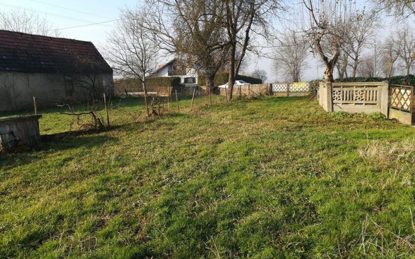 IVANIĆ GRAD okolica, građevinsko zemljište sa starom kućom, 3.500m2